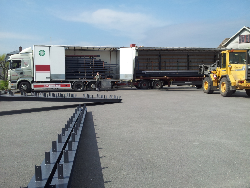 2013-05-13 The frame of the house is being loaded at the factory in Kvänum for transport to Lindnäs.