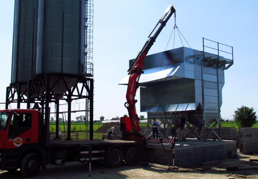 2012-04-04 The crane is in place to lift the drying sections.