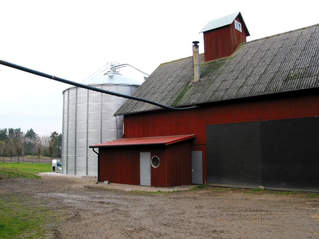 2017-03-01 Bild på den gamla anläggningen med befintlig lagringssilo. Den nya torkanläggningen kommer att byggas på en helt ny plats på gården för att möjliggöra kommunikation med foderköket.