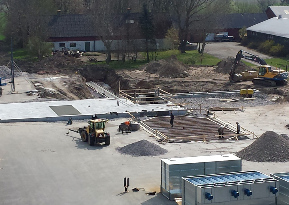 2014-04-22 Reinforcement of the concrete plate for the hopper silos has started.