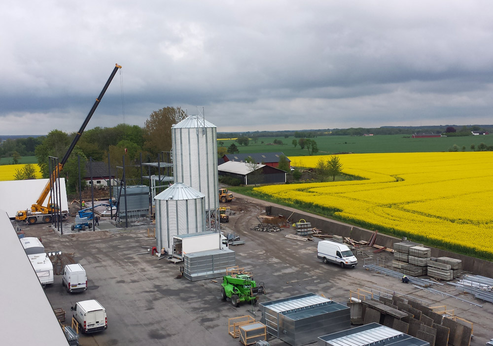 2014-05-12 Further drying sections is lifted in place. The silo cylinder is soon ready.