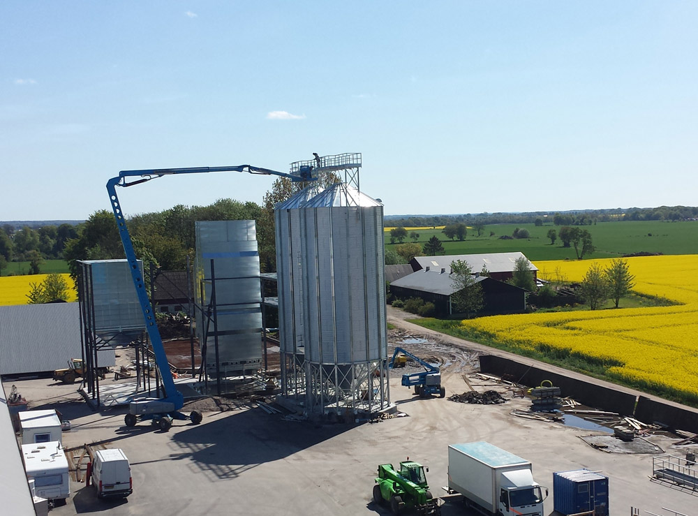 2014-05-15 The work with the concrete plate for the storage silos is in progress in parallel.
