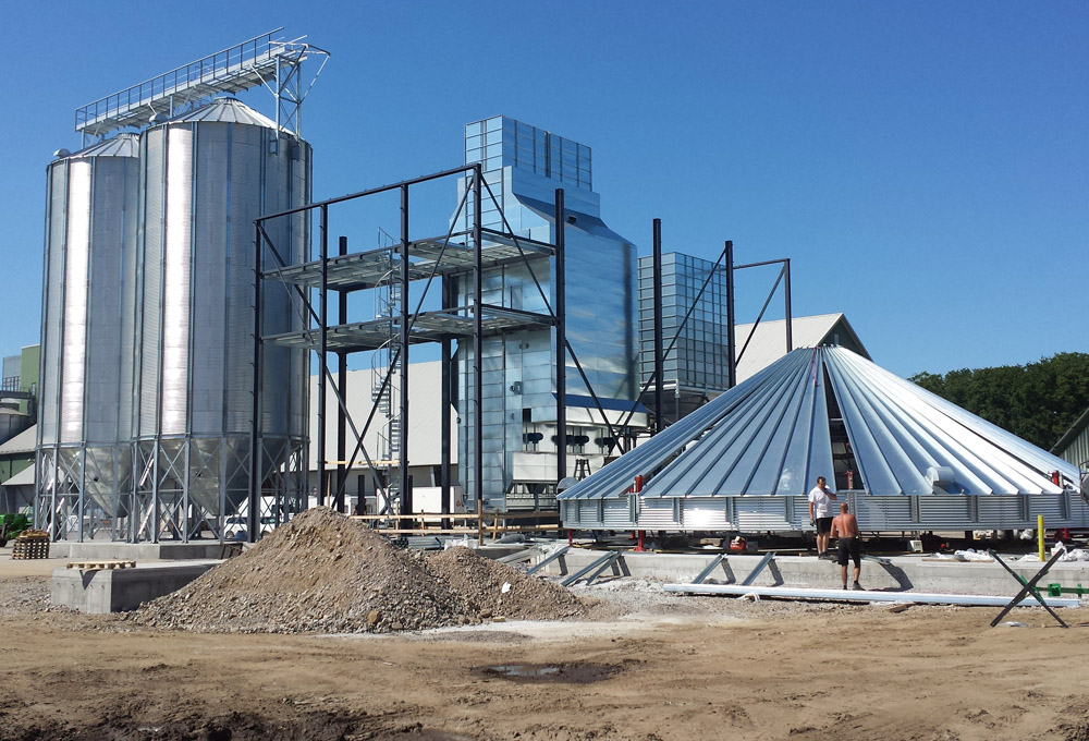 2014-05-26 The assembly of one silo has started.