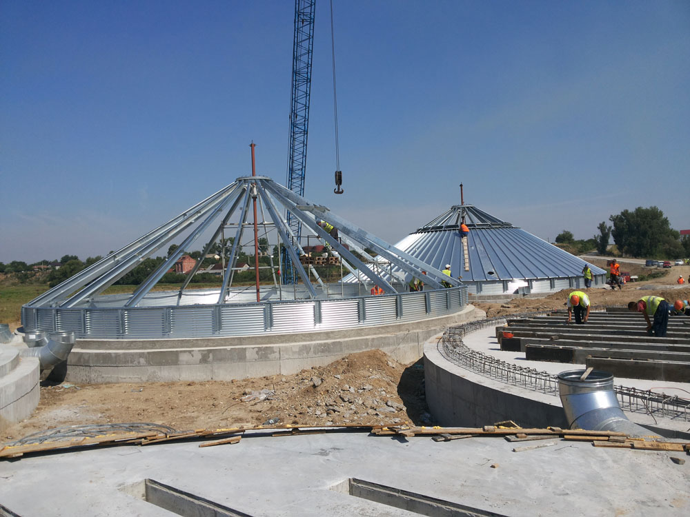 2015-08-04 Assembly of the roofs of the two first storage silos.