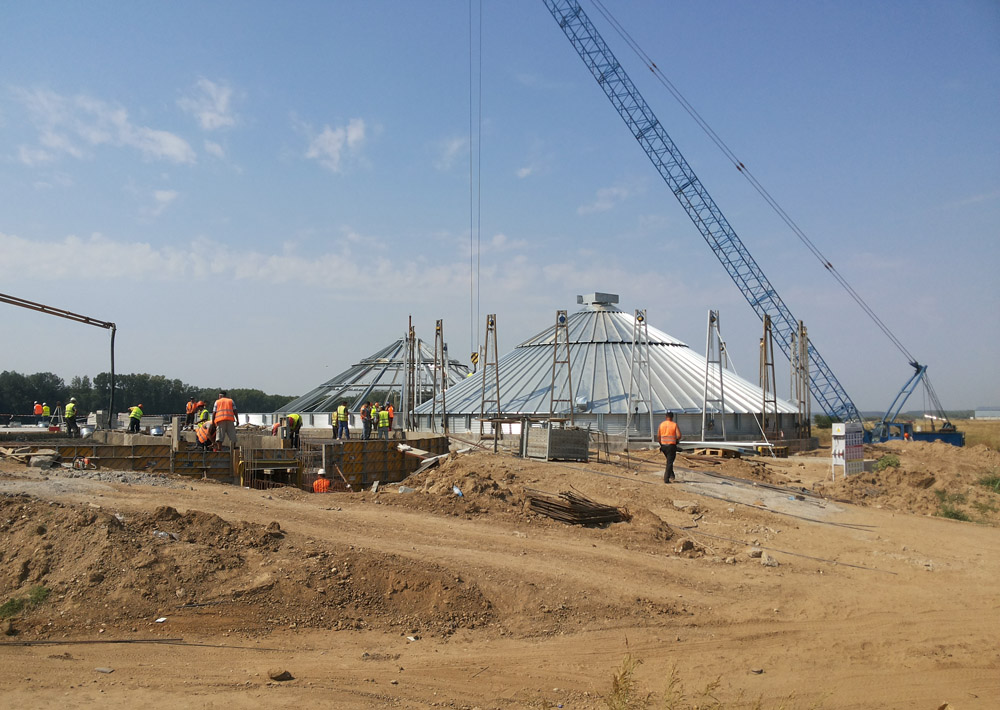 2015-08-11 Assembly work on the silos continues. The first silo is ready to lift.