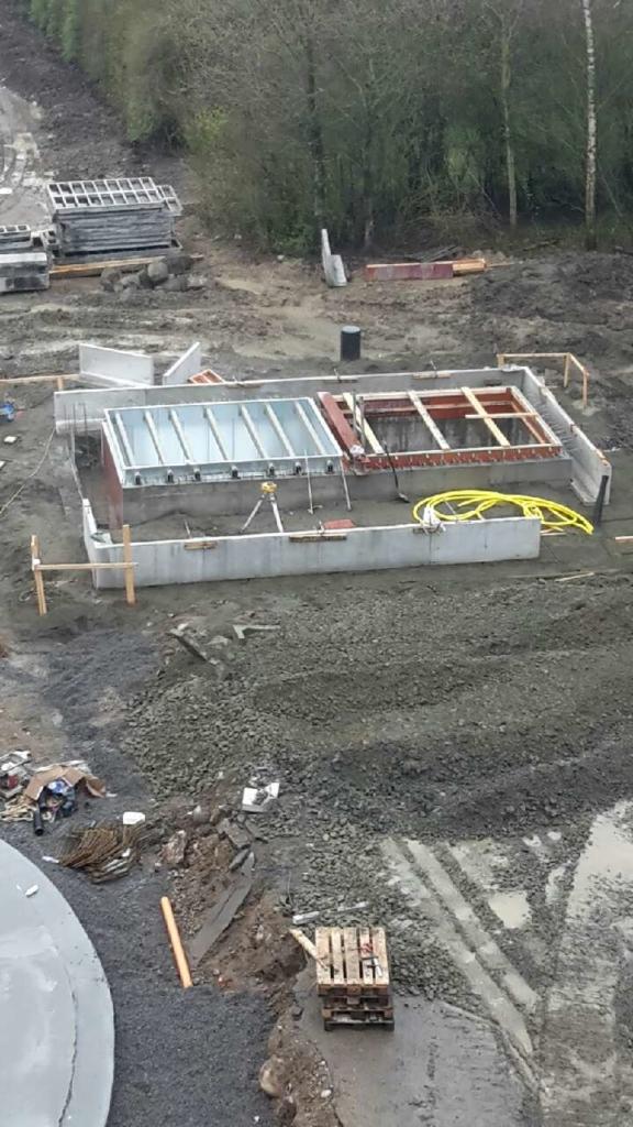 2016-04-27 Tippgrop TGS placerad i schaktet, formning av plattan till intagshuset pågår