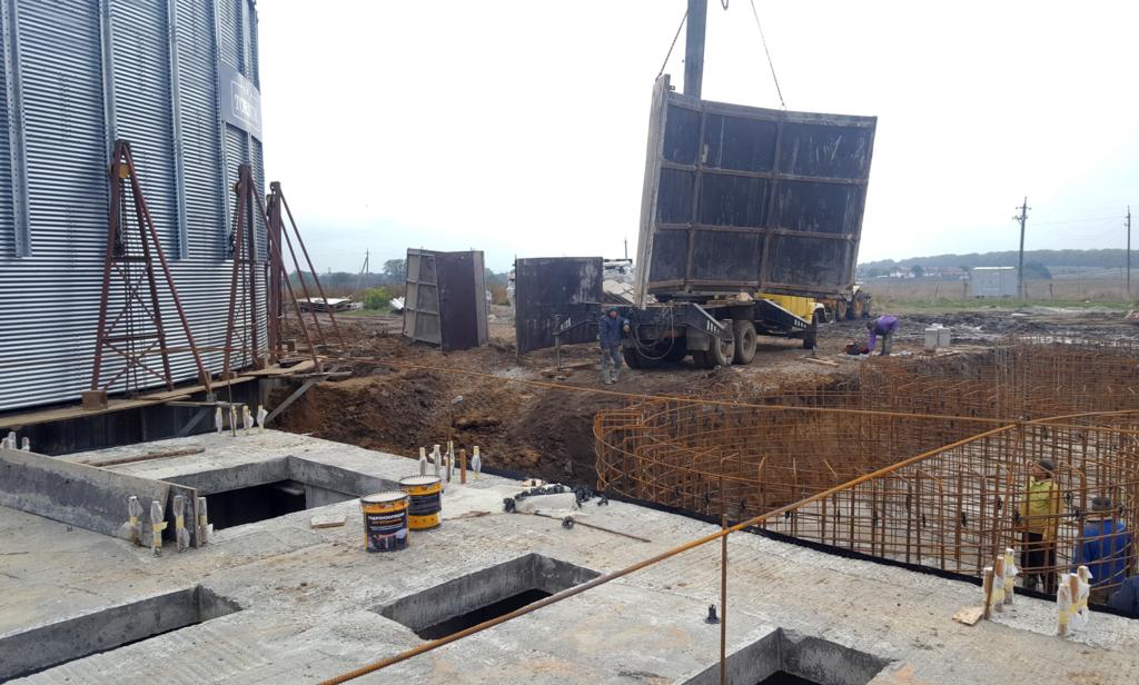2016-10-27 Forming concrete base for hopper silos.