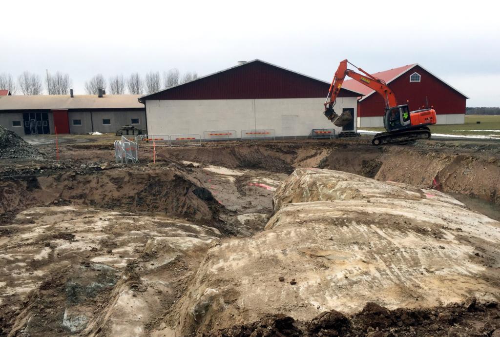 2017-03-13 Pågående schaktning och renläggning av berg inför kommande sprängning.