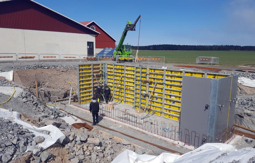 2017-04-18 Formning, armering och tätning av väggar. En viktig punkt i grundarbetet är tätning mellan vägg- och bottenplatta och det säkraste sättet att få konstruktionen vattentät är att platsgjuta.
