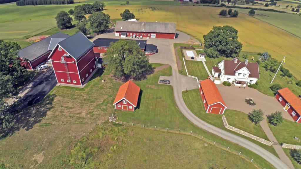 Vy över gården med det nybyggda torkhuset till vänster i bild.