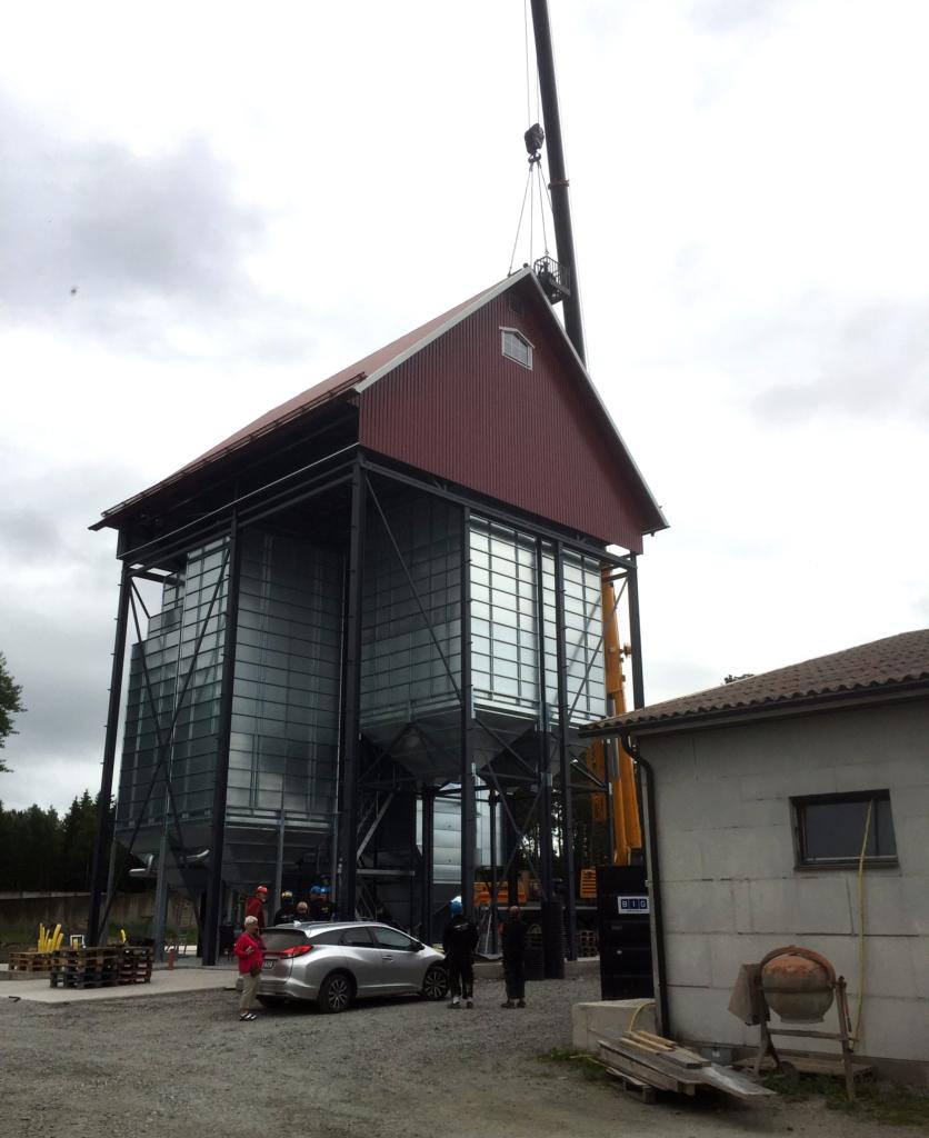 2017-06-22 Taket är på plats och montering av nockplåten sker.