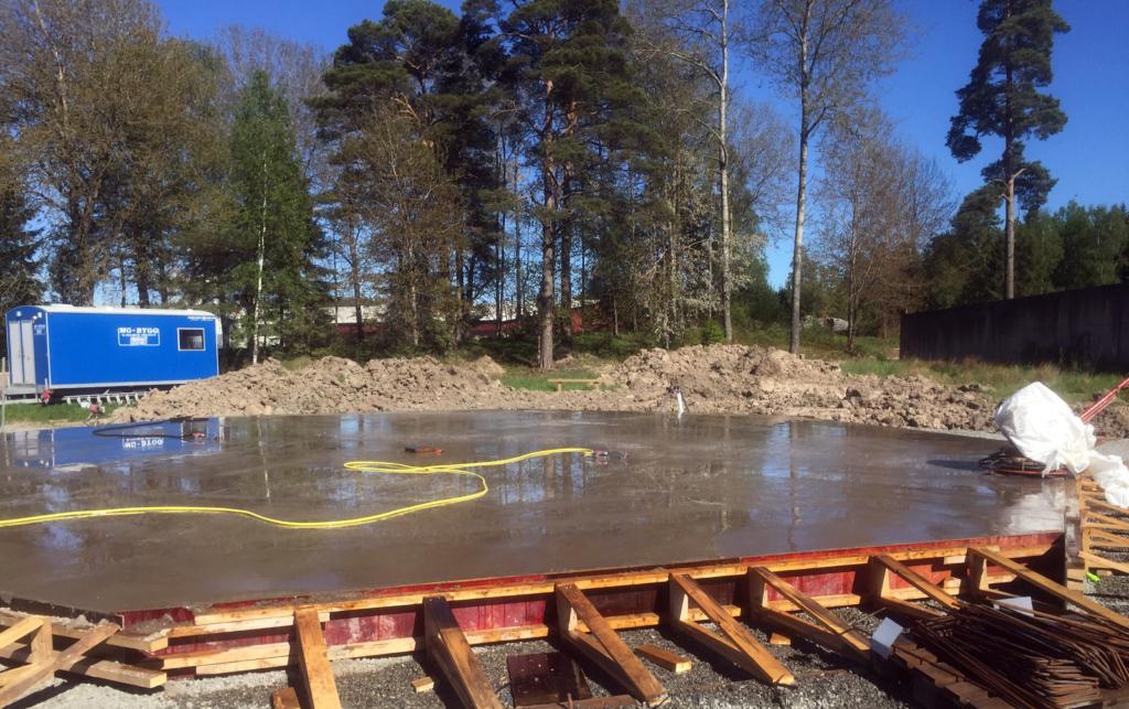2017-05-23 Gjutningen är klar och vattningen av betongplattan tar vid.