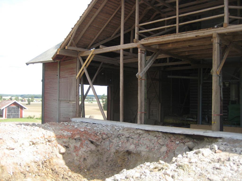 Delar av fasaden rivs för att byggas ihop med det nya torkhuset