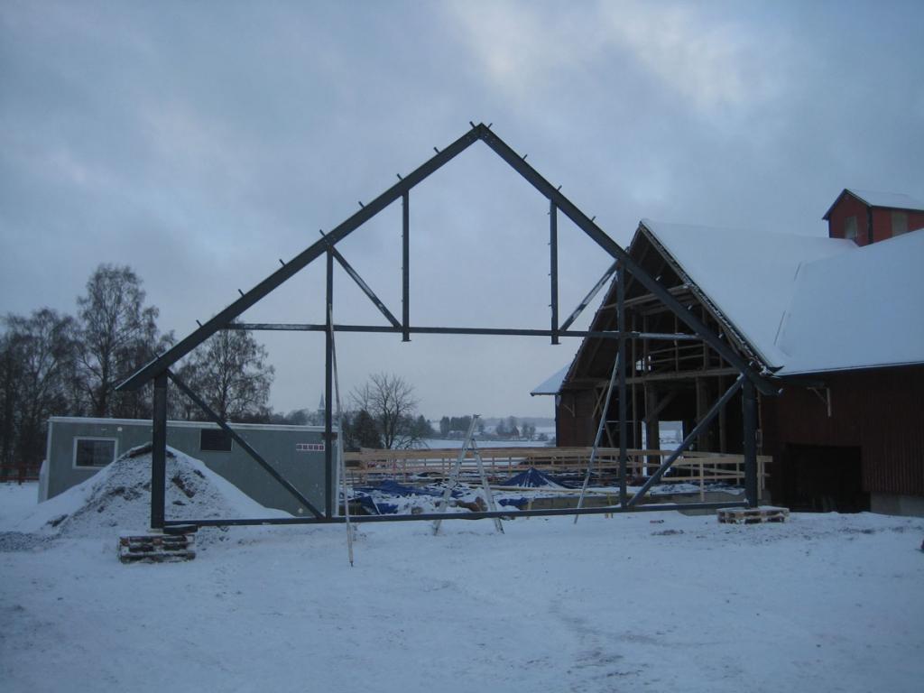 Montering av takstolarna sker parallellt med arbetet med kulverten