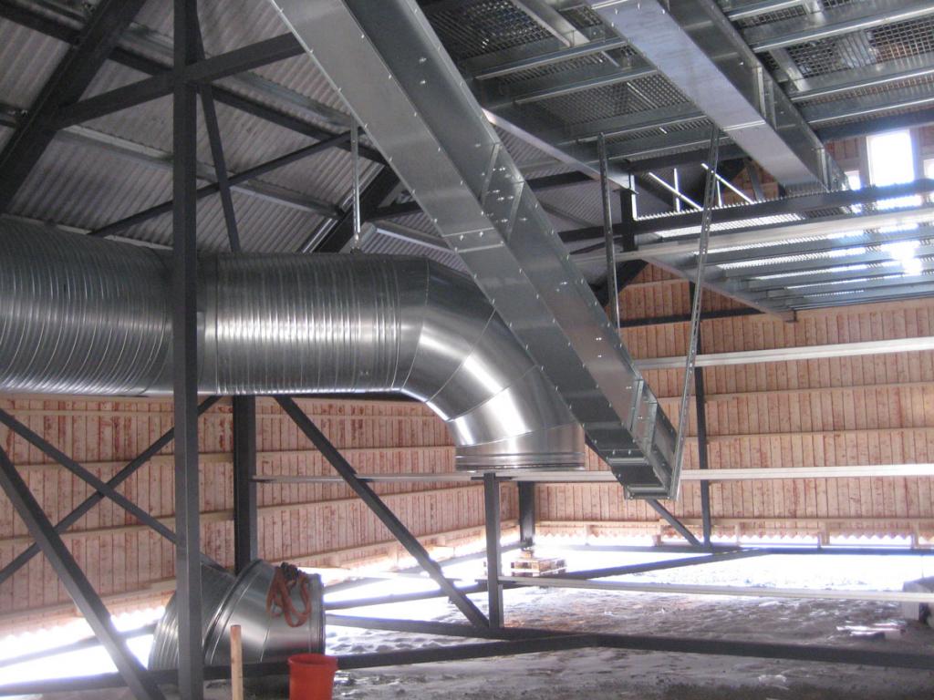 På takets insida sker en del av rördragningen innan taket lyfts på plats
