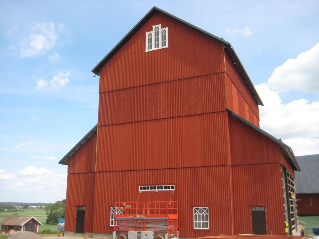 2018-06-07 - Träfasaden är målad och fönster & dörrar är utformade för att smälta in i gårdsmiljön