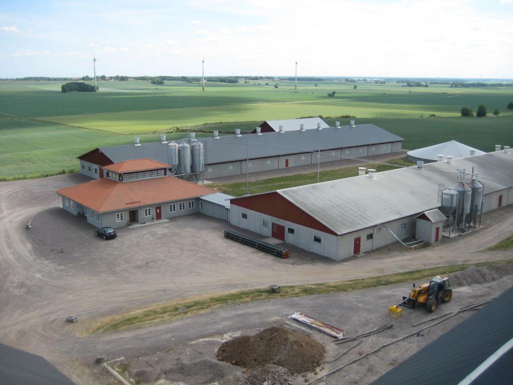 Utsikt över gård och landskap ifrån torkhuset
