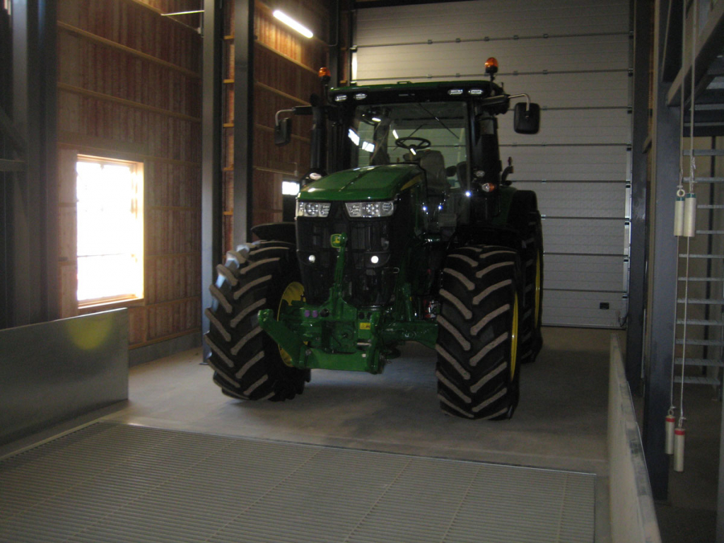 En nya fin traktor har fått ta plats i den nya torkhuset