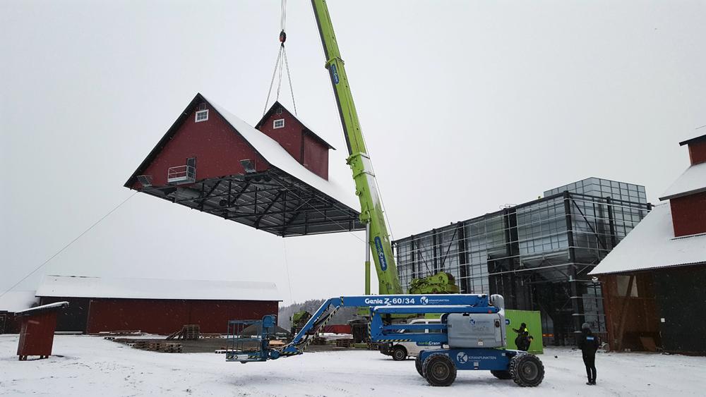 2017-12-11 Dags att lyfta det förmonterade taket på plats på torkhuset.