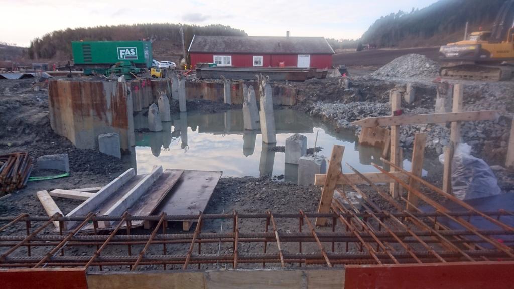 2016-04-26 Byggplatsen står under vatten.